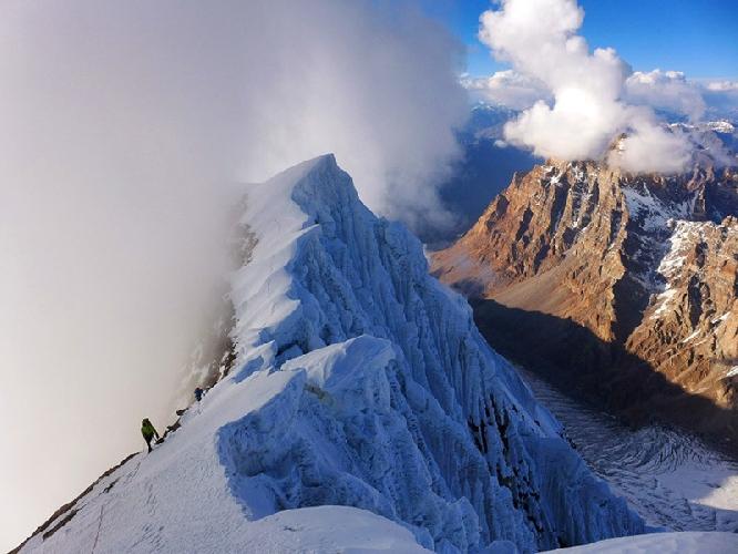 На подходе к вершине Хагшу. Фото © Marko Prezelj