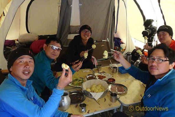 Корейская команда в базовом лагере Лхоцзе