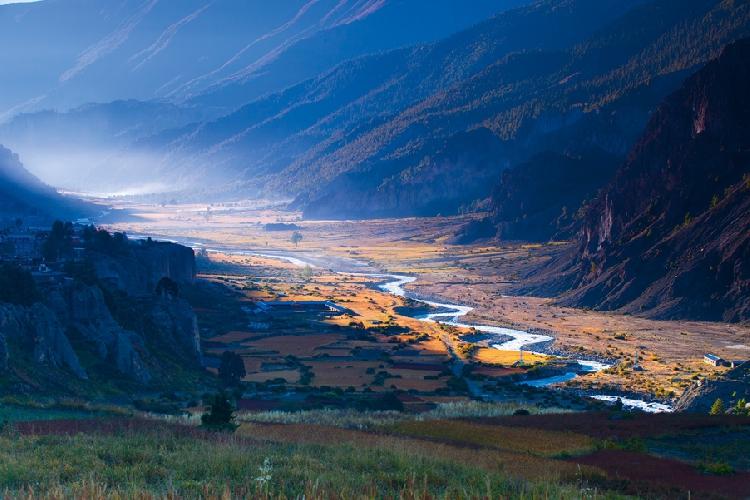 Долина реки Марсианди у деревни Мананг, Непал. Высота 3600 метров. Марсианди пользуется популярностью у любителей сплава, в том числе из России.  Автор: Алексей Заводский