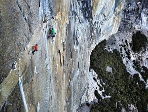 "Кевин Йоргесон (Kevin Jorgeson) и Томми Колдвелл (Tommy Caldwell) на 14 веревке маршрута ""Dawn Wall"" на Эль-Капитане. ноябрь 2014"