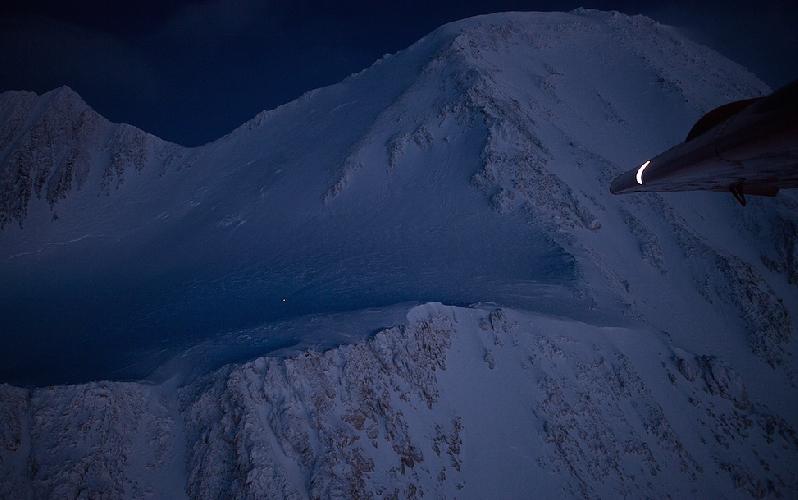 Мак-Кинли (Денали, 6194м). Белая точка на темно-синем ночном фоне горы - Лонни Дюпре на спуске с вершины