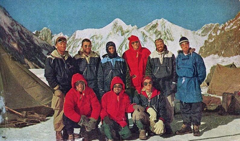Состав американской экспедиции на К2 в 1953 году. Задний ряд: Dee Molenaar, Art Gilkey, Charlie Houston, Bob Craig, Bob Bates, Tony Streather. Первый ряд: George Bell, Colonel Ata-Ullah, Pete Schoening. Фото из книги  K2: The Savage Mountain
