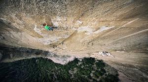 """8 день восхождения, Кевин Йоргесон (Kevin Jorgeson)  работает лидером на маршруте """"Dawn Wall"""". Подавляющее большинство веревок на маршруте были вертикальными и только несколько из них - горизонтальные траверсы, которые и составляли самую большую друдность при прохождении. Photo: Corey Rich/Aurora Photos"""
