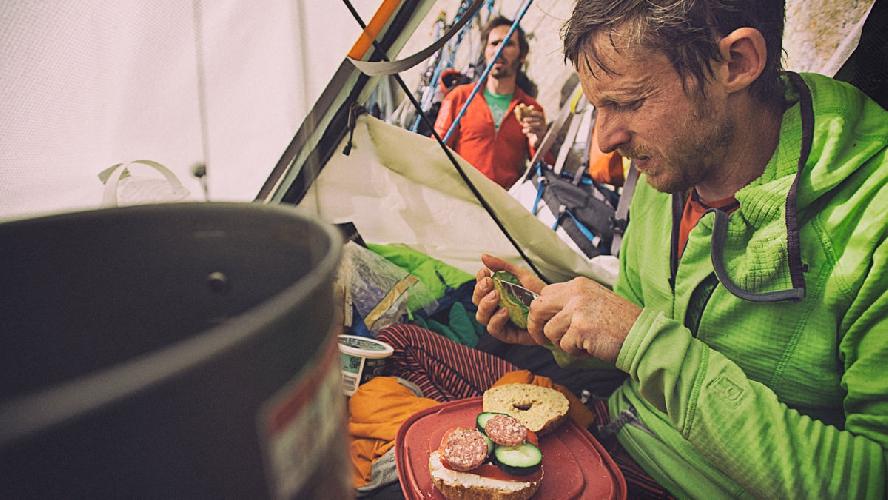 Одним из преимуществ восхождения на Эль-Капитан в январе является то, что еда остается свежей гораздо дольше чем летом. Скалолазам пришлось доставлять провизию в высотные лагеря несколько раз , что бы нормально питаться в течении более чем двух недель пока создавался маршрут. Команда снабжения обеспечивала их водой и пищей. Например, стандартный бутерброд на завтрак – это булочка, салат, помидоры и огурцы и салями. Photo: Corey Rich/Aurora Photos