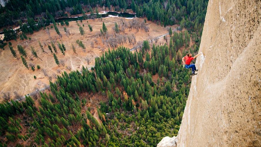 12-ый день восхождения. Томми Колдвелл (Tommy Caldwell) в центре внимания при прохождении сложного участка, на обработку которого ушли 2010 и 2011 годы во множестве попытках. Photo: Corey Rich/Aurora Photos