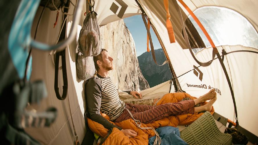 Томми Колдвелл (Tommy Caldwell) отдыхает в подвесной палатке после напряженного 18-и часового рабочего дня. Photo: Corey Rich/Aurora Photos