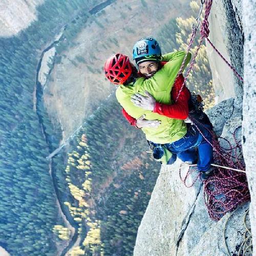 """Кевин Йоргесон (Kevin Jorgeson) и Томми Колдвелл (Tommy Caldwell) на вершине маршрута """"Dawn Wall"""" на Эль-Капитане. 14 января 2014 года."""