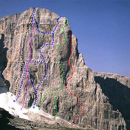 Северо-восточная стена Crozzon di Brenta. Маршрут Пройса обозначен буквой Н (крайний справа)