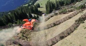 Вингсьют в Швейцарских Альпах над головами фермеров (ВИДЕО
