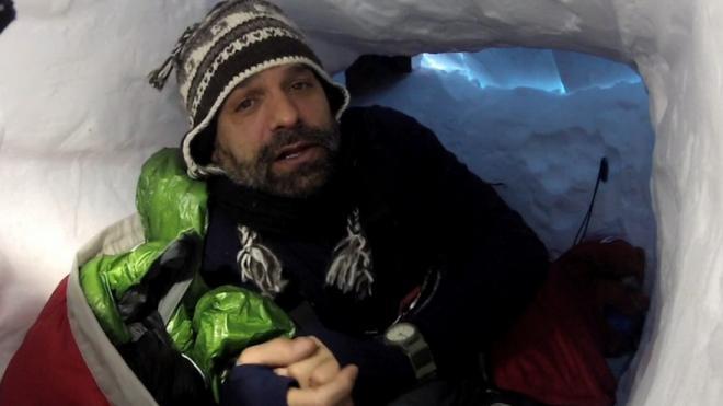 Лонни Дюпре (Lonnie Dupre) в снежной пещере на Денали