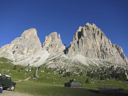 Слева-на право: Слева Grohmannspitze 3126 м - 2996 м Fünffingerspitze -. Langkofel 3181 м. Пройс прошел все три вершины по гребню за один день, соло