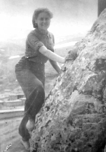 1950. Попова на скалах