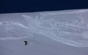 Счастливый случай: сноубордист прокатывается верхом на лавине (+ВИДЕО)