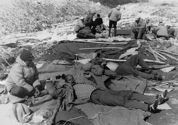 Краткий отдых в процессе установки базового лагеря. В тельняшке лежит Евгений Желонкин, слева сидит Николай Вышинский