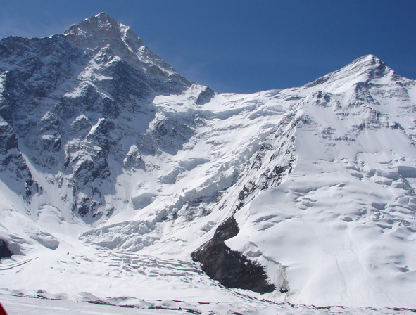 Слева – пик Хан-Тенгри, справа – пик Чапаева. Вид из базового лагеря на леднике Северный Иныльчек.