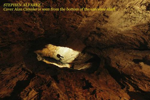 СТИВЕН АЛЬВАРЕС. Спелеолога Алана Кресслера видно со дна входного колодца