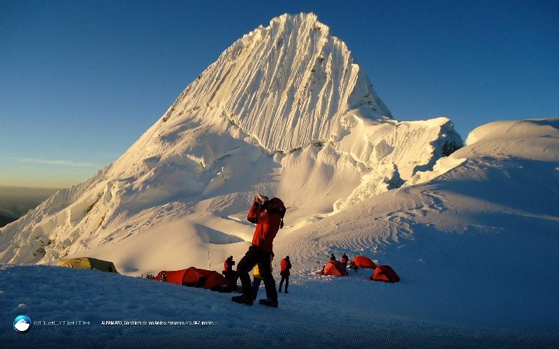 Альпамайо (Alpamayo) — признана самой красивой горой в мире. Ее высота 5947 метров над уровнем моря.