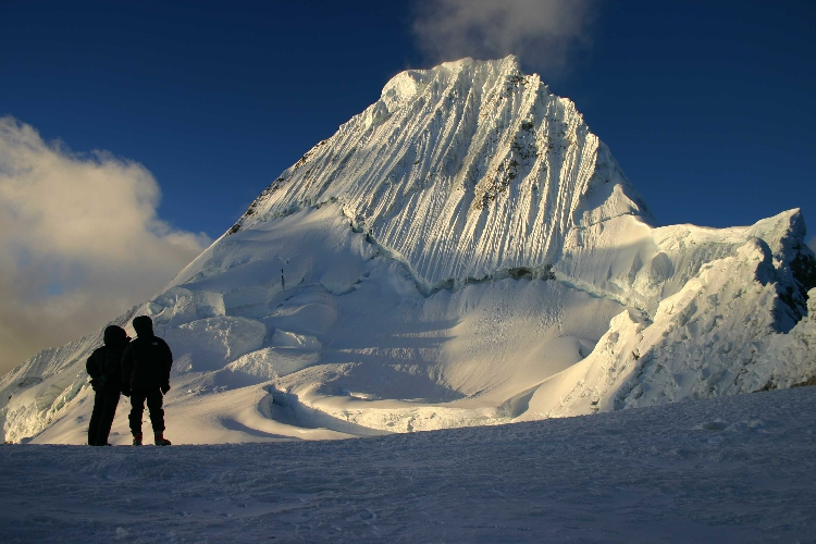 Alpamayo (5947 м)