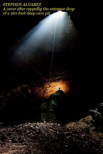СТИВЕН АЛЬВАРЕС. Спелеолог после спуска во входную бутылку 50-метрового колодца
