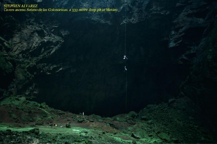 СТИВЕН АЛЬВАРЕС. Спелеологи поднимаются из пещеры Ласточек - колодец, глубиной 333м, в Мексике