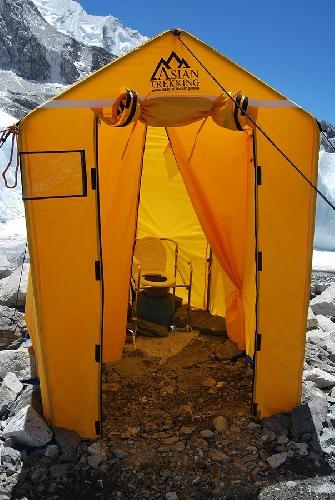 Туалет в Базовом лагере Эвереста