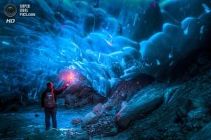 Фото дня: Путешествие подо льдом Аляски