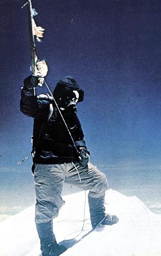 Фотография с вершины 1953 года. На ней Тенцинг, фотографии с Хиллари нет...