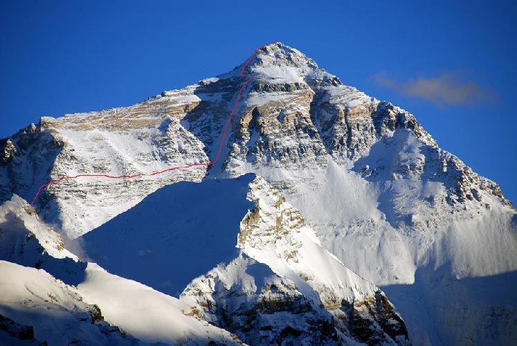 Предполагаемая линия маршрута на северо-восточной стене Эвереста, который планировался к прохождению в 2015 году