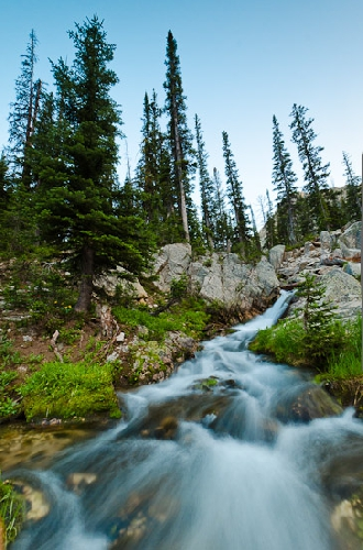 Фотография горного ручья на длинной выдержке
