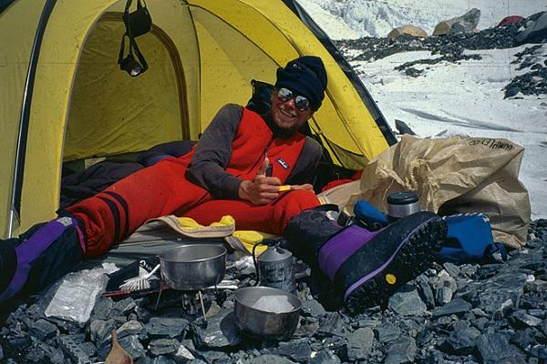 Альпинист Йоран Кропп успешно тестирует прототип будущей горелки  Primus MultiFuel во время восхождения на Эверест в 1996 году