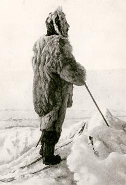 Руаль Амундсен в одежде из оленьих шкур  от эскимосских дизайнеров