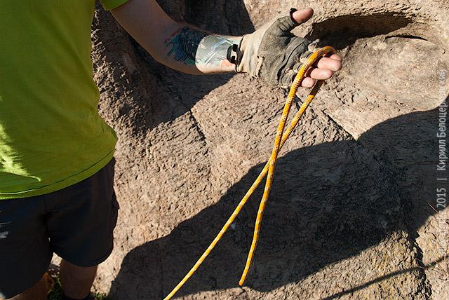 Положите верёвку на ладонь