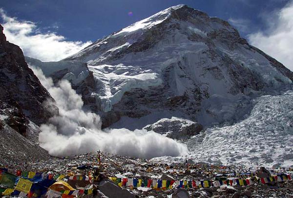 Лавина на Эвересте от землетрясения