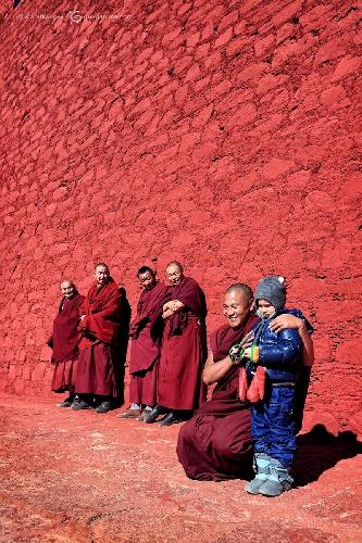 У стен монастыря Ганден с тибетскими монахами. Фото сделано во время нашего самостоятельного путешествия по труднодоступным закрытым территориям Тибета (Амелии 5 лет)