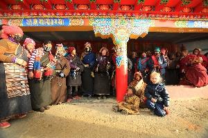 Амелия в окружении тибетцев-паломников около ступы — священного ритуального объекта, в окрестностях крупнейшего университета тибетского буддизма в мире, Ларун Гар. Мы были там первыми иностранцами за долгое время, так что каждый «выход в люди» «белой девочки» сопровождался ажиотажем и широчайшими добрыми белозубыми улыбками местных. Тибет (Амелии 5 лет)