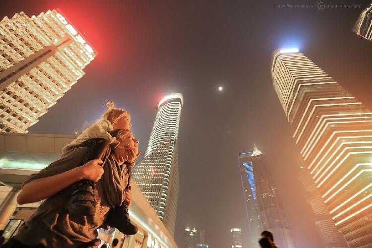 Мы редко бываем в мегаполисах, так что небоскребы многомиллионного Шанхая произвели сильное впечатление на Мию. Китай (Амелии 5 лет)