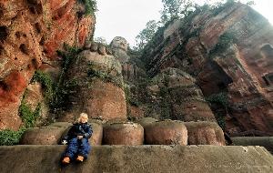 «Девочка-с-пальчик» у ступни легендарного Лэшаньского Будды, высочайшей скульптуры (70 метров), высеченной в скальном массиве 1000 лет назад. Китай (Амелии 5 лет)