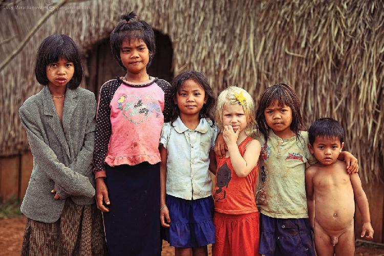 Готовый плакат для социальных кампаний, пропагандирующих мирное сосуществование всех рас и народов. Несмотря на белые волосы и цвет кожи, Амелия удивительно органично вписалась в компанию! Деревушка в провинции Мондолькири, Камбоджа (Амелии 4 года)