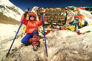 Горный перевал Торонг Ла (Thorong La), 5416 м — высшая точка трека вокруг Аннапурны, самой опасной из всех гор-восьмитысячников, Непал. 140 километров непростой высокогорной трассы Амелия прошла самостоятельно, отпраздновав в горах свое 7-летие.