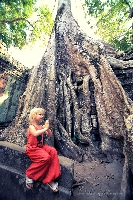 В легендарном индуистском храмовом комплексе Ангкор Ват, Камбоджа (Амелии 4 года)