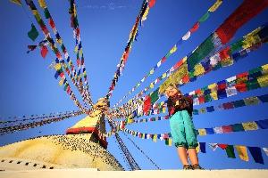 На фоне удивительного сакрального сооружения тибетского буддизма — ступы Боднатх, Катманду, Непал (Амелии 4 года)
