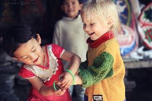 Трогательная сцена: тибетская девочка дарит Амельке свой браслет в знак дружбы. Сикким, Индия (Амелии 3,5 года)