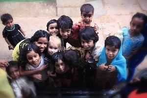 Попробуй отыщи на этом фото белую девочку) Бедные кварталы Варанаси — священного «города мертвых», Индия (Амелии 3,5 года)