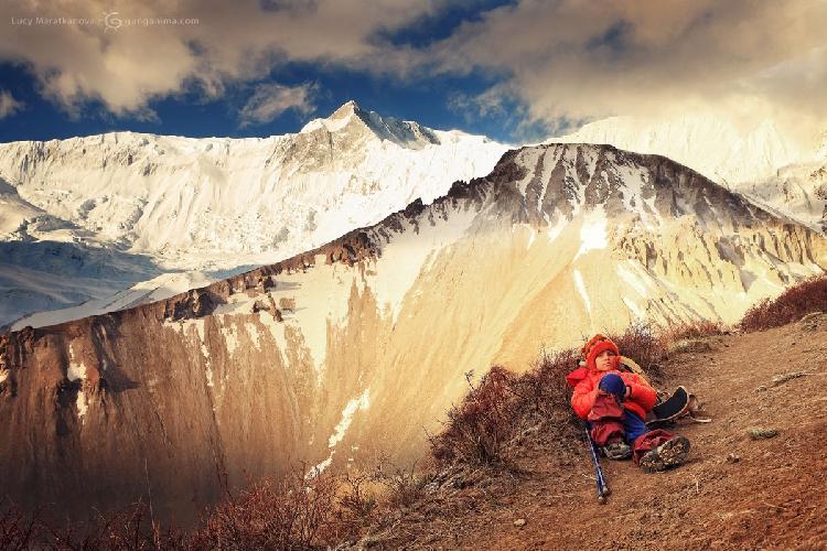 Этот же горный трек. Привал на фоне вершин Аннапурны, Непал (Амелии 7 лет).