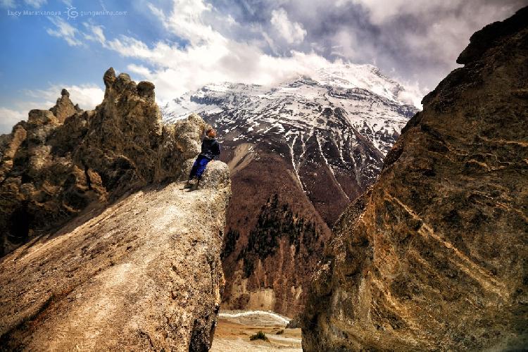 Все-таки я сумасшедшая мамаша — сейчас даже самой смотреть на это фото страшно — это правда было высоко :) Трек вокруг Аннапурны, Непал (Амелии 7 лет)