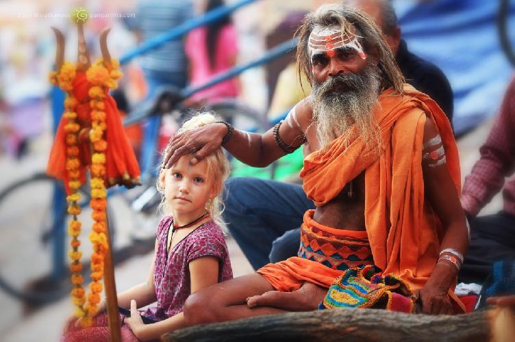 Благословение от садху — индийского святого-отшельника в Варанаси, легендарном «городе мертвых», Индия, (Амелии 6 лет)