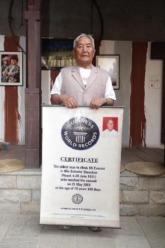 Мин Бахадур Шерхан (Min Bahadur Sherchan) с сертификатом самого старейшего альпиниста планеты, побывавшего на Эвересте. 2008 год
