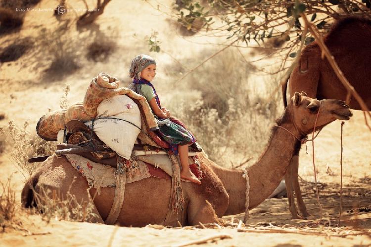 Перед отправкой нашего каравана на верблюдах по пустыне Тар, штат Раджастан, Индия (Амелии 6 лет). 4 дня на верблюдах в безлюдных дюнах, ночи под открытым звездным небом — Амелька с удовольствием вспоминает это путешествие по пескам.