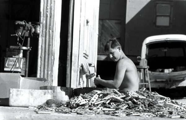Сотрудник Chouinard Equipment проверяет алюминиевые крючья-бонги
