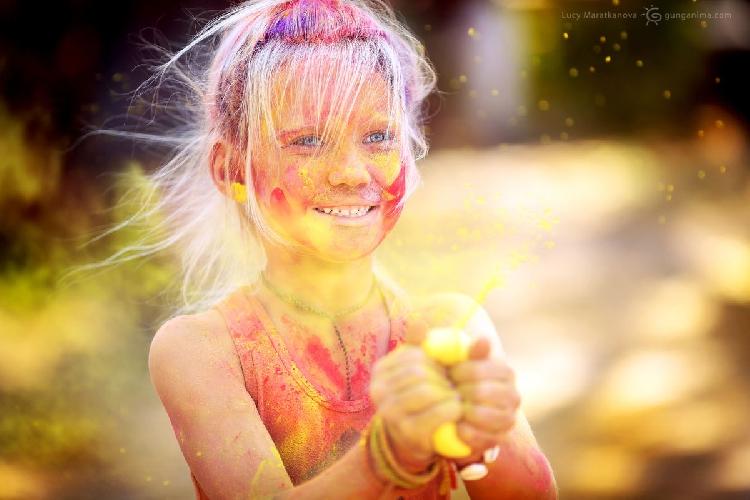 Фото сделано во время праздника Холи, самого знаменитого праздника в Индии. Джайпур, штат Раджастан, Индия (Амелии 6 лет). Амелия просто обожает обкидываться и обливаться красками (именно так празднуется Холи). Ведь именно в этот день можно все!